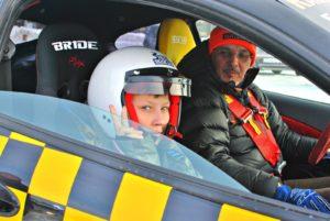 Фото: мужчина и мальчик в гоночном автомобиле