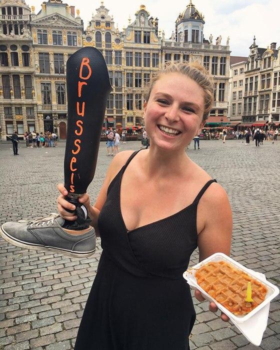 Жизнерадостное фото девушки с протезом ноги в Брюсселе