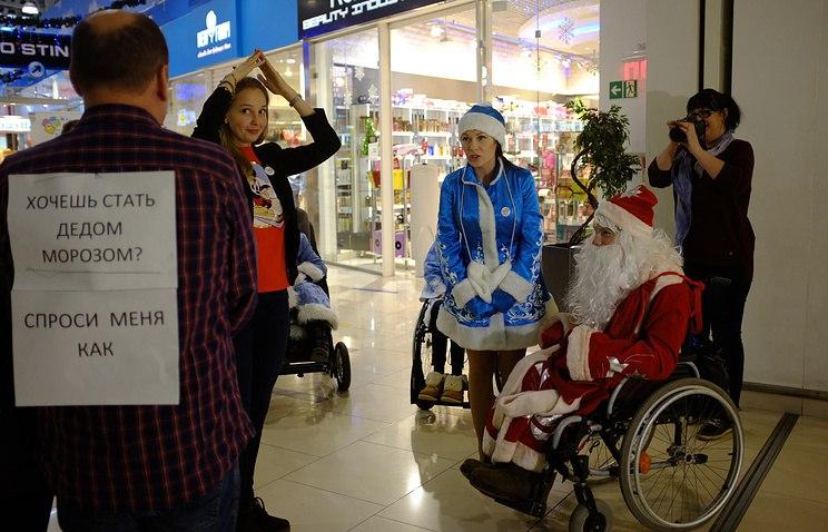 Дед Мороз и Снегурочка на колясках. Фото с подготовительного занятия