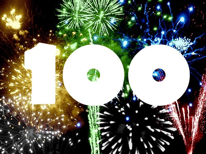 Число 100 на фоне салюта