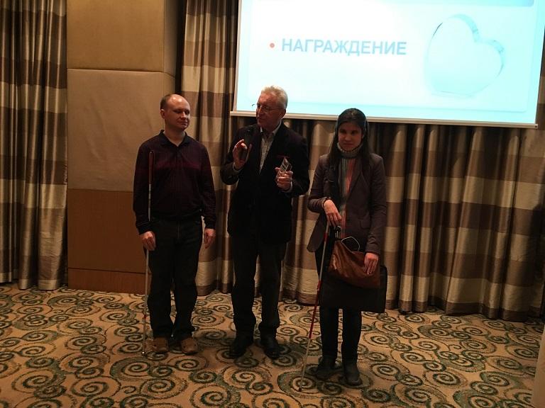 На фото: Алия Нуруллина и Сергей Сырцов рядом с ведущим на церемонии награждения