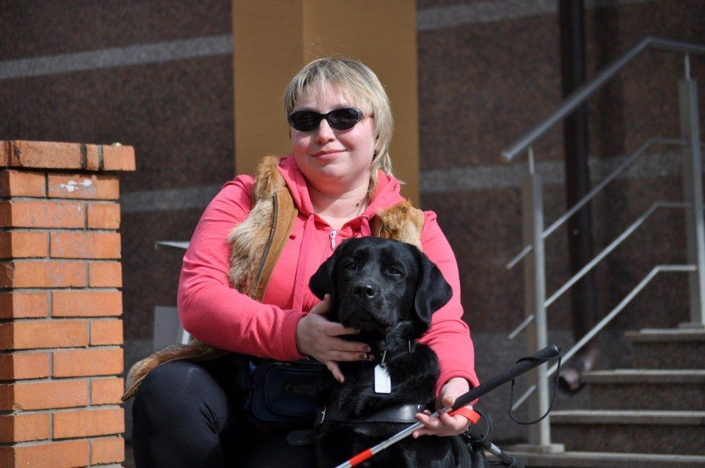 Оксана Серединская и её собака-проводник