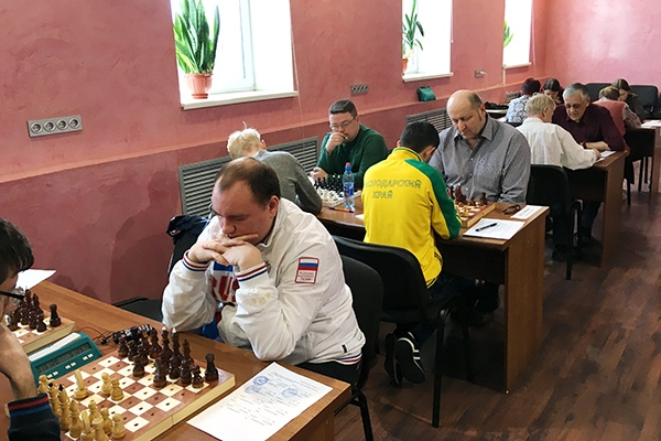 Мужчины играют в шахматы.