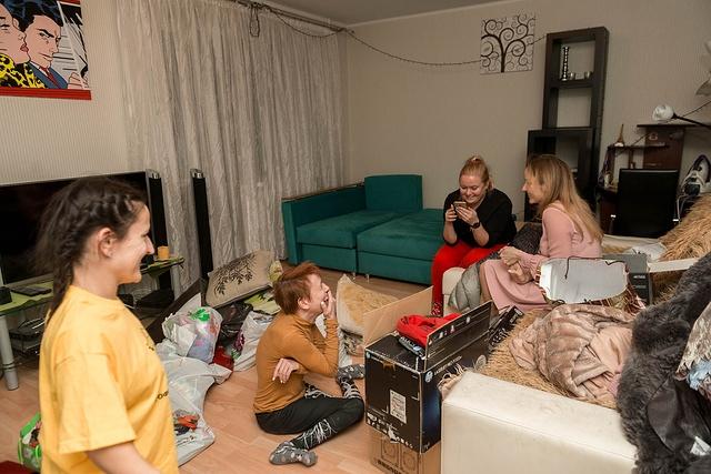 На фото 4 девушки в домашней обстановке, жительницы Квартала Луи