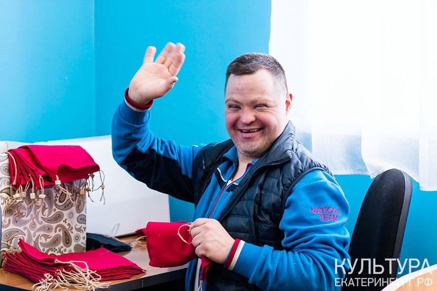 Фото с занятия в мастерской для людей с аутизмом