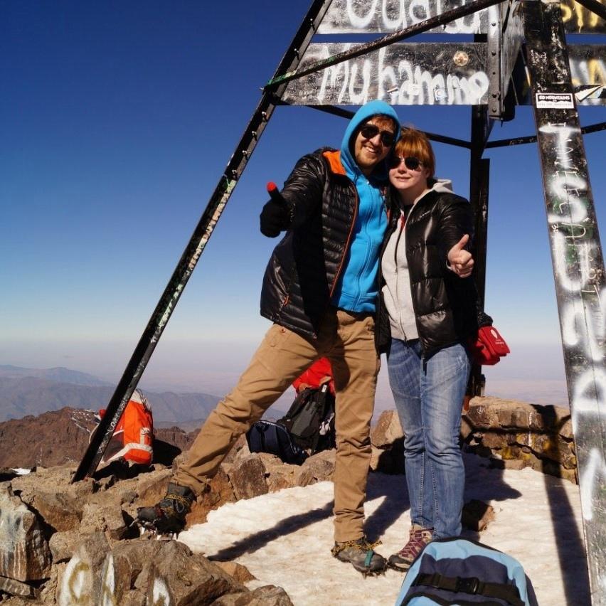 Фотография: девушка и парень на горной вершине.