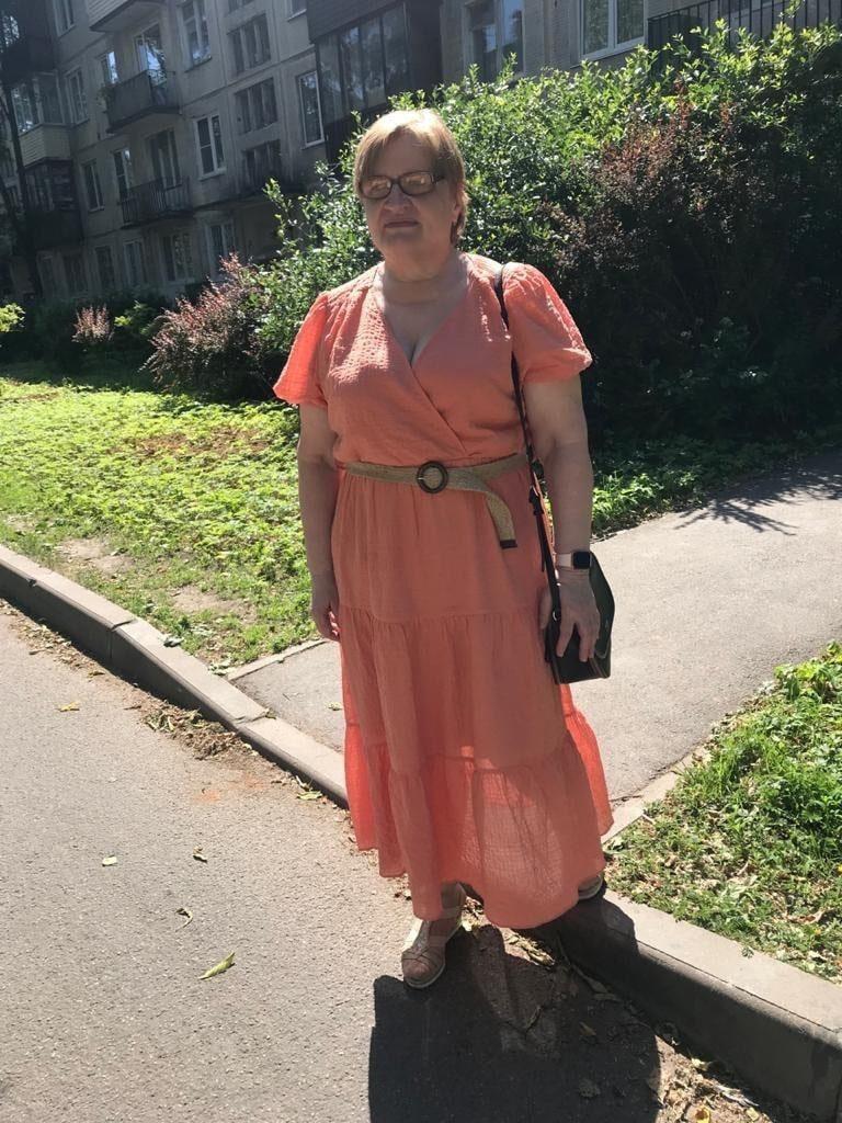 Ираида Латкина на улице в длинном розовом платье