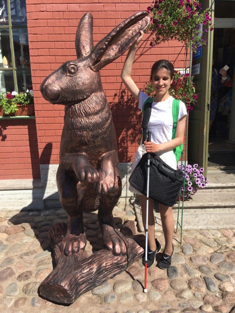 Алия Нуруллина с белой тростью рядом с бронзовым зайцем